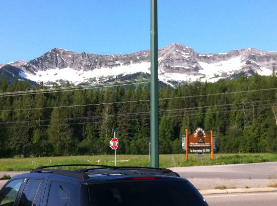 Fernie Stanford Waterslide Resort: View of mountains from parking lot