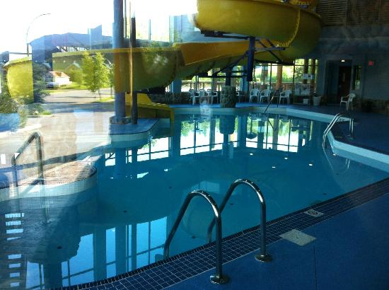 Fernie Stanford Waterslide Resort: Pool and water slide from outside