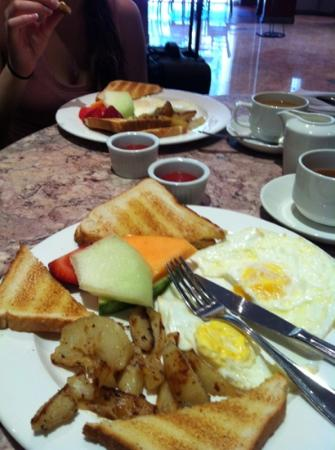Toronto Airport West Hotel: delicious breakfast!