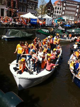 Bees B&B: Boats on Prinsengracht during Queens Day celebrations