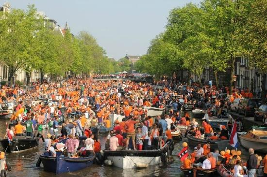 ‪‪Bees B&B‬: Queens Day celebrations time on Keizersgracht‬