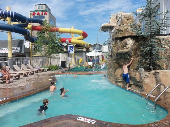 Quality Inn & Suites Rainwater Park: Outdoor pool fun
