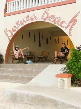 Banana Beach Resort: Breezeway at Banana Beach