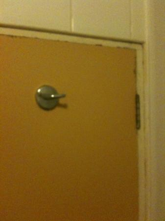 Hotel Isaacs Cork: bathroom door, rusting and filthy