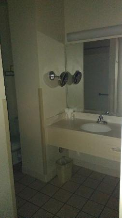Charter Inn & Suites: bathroom