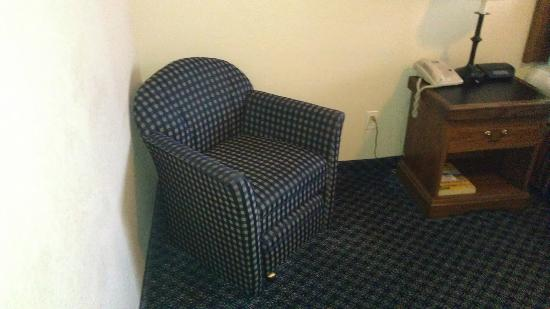 ‪‪Charter Inn & Suites‬: chair with ottoman
