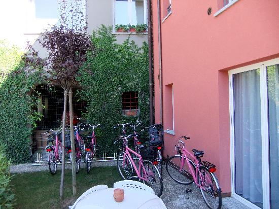 Residenza XX Settembre : Велосипеды на парковке