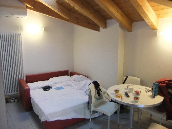 Residenza XX Settembre : Маленькая комната, в ней же кухня, закрывающаяся жалюзи