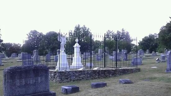 Hendersonville, Carolina do Norte: The stone angel within the fenced family plot.