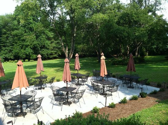 Flint Hill Public House Restaurant & Inn: Awesome patio!