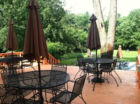 Flint Hill Public House Restaurant & Inn: Outdoor deck area