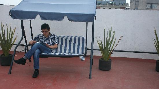 Hostel Amigo Suites: Sillas para descanso en terraza