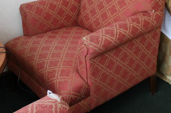 Quality Inn & Suites: Sofas wih worn out fabric.
