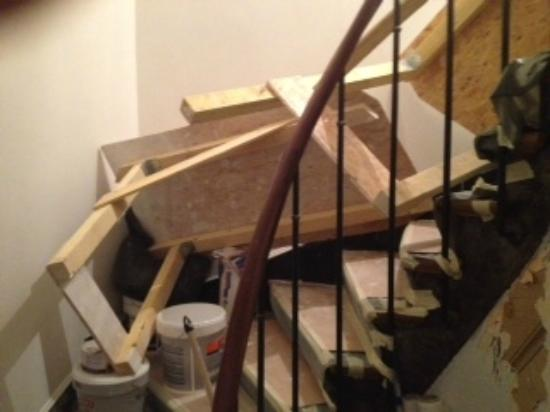 """Vieux Marais : the """"no"""" construction on stairwell"""