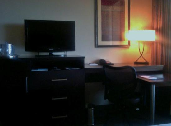 Thryv Hotel and Conference Center : room work station