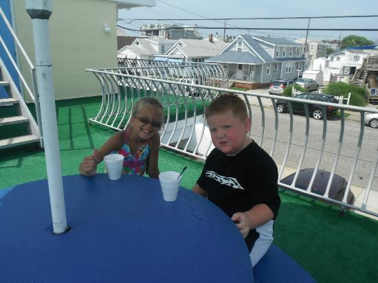 Sandpiper Motel: Ice cream on the deck with a new friend