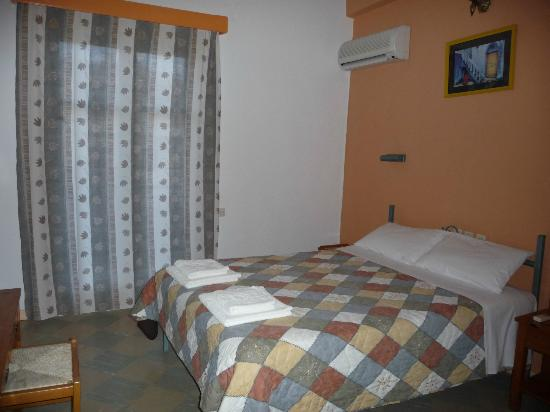 Rose Garden Apartments Hotel: double bed