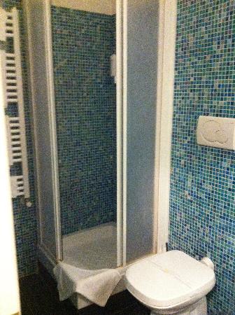 Flann O'Brien Rooms: bath