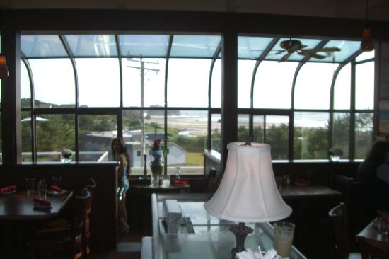Bandon Bill's Seafood Grill: From Lobby entering dinning