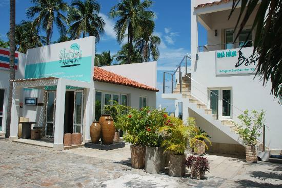Shades Resort: Entrance