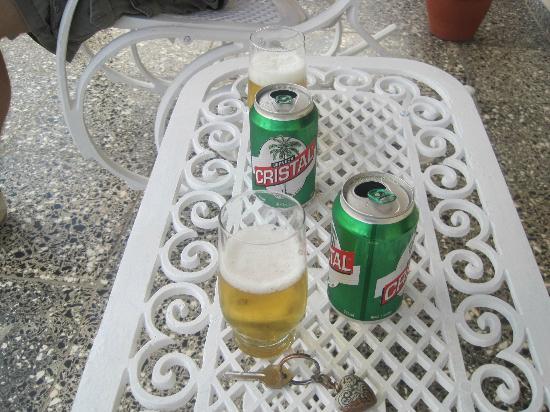 Villa Jorge y Ana Luisa: Refrescantes cervezas en la puerta de la casa