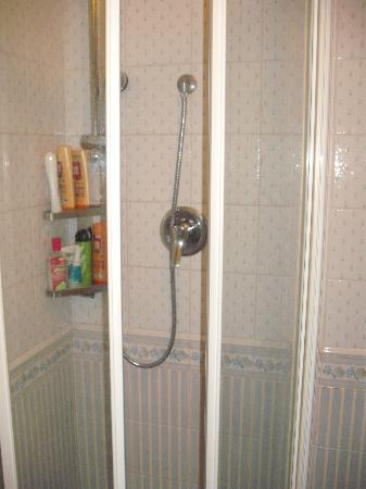 Hotel Jolanda: Shower (very small)