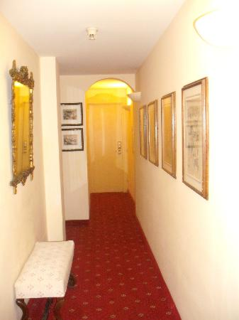 Hotel Jolanda: Floor to rooms