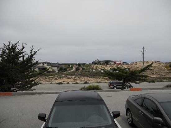Monterey Beach Dunes Inn: View of restaurant across the street.