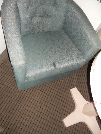 Monterey Beach Dunes Inn: Stain on chair ... disgusting!