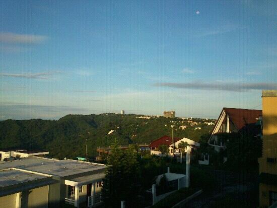 Tagaytay Econo Inn: sunrise view on the balcony