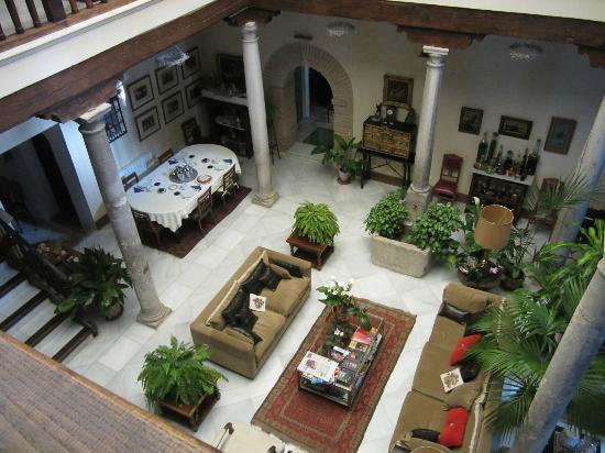 Carmen Del Cobertizo: The living room/courtyard, with the breakfast table set!