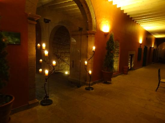 Belmond Hotel Monasterio: Courtyard at night