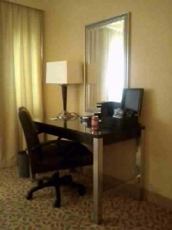 Holiday Inn Evansville Airport Hotel: Desk/Coffee area