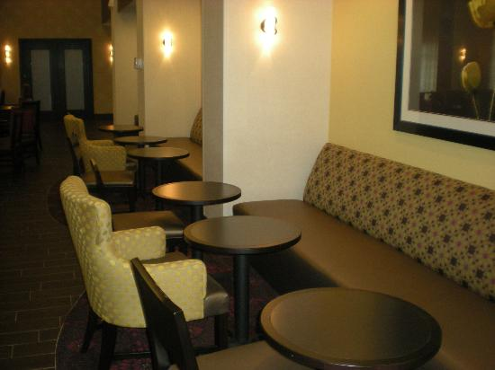 Hampton Inn & Suites Saginaw: Dining nooks