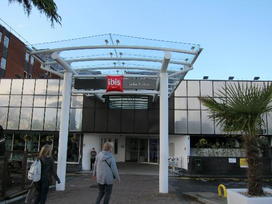 Ibis London Heathrow Airport: front of hotel