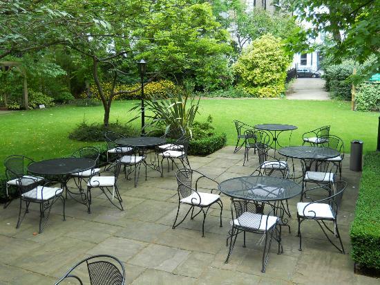 Crowne Plaza London Kensington: Courtyard behind hotel