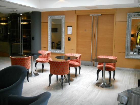 Crowne Plaza London Kensington: Area off of the lounge