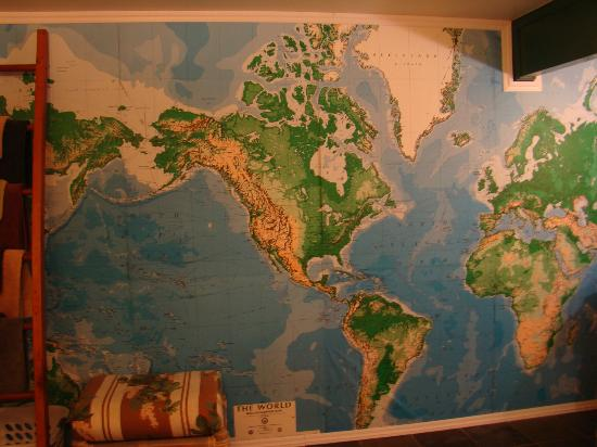 Kauai Country Inn: Huge world map on entire wall of bathroom -- loved it.