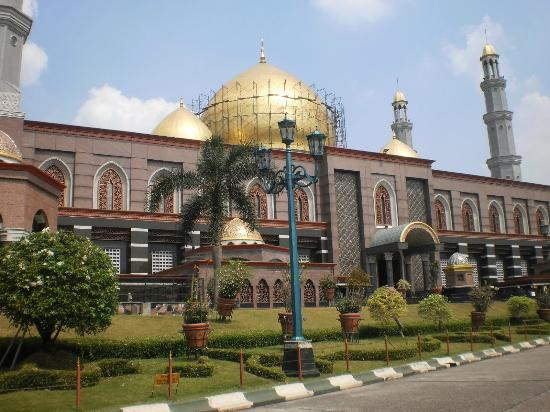 Depok, Индонезия: Dian Al-Mahri Mosque seen from another side
