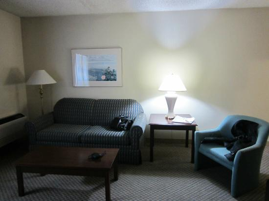 Quality Inn & Suites: sitting room area of the suite