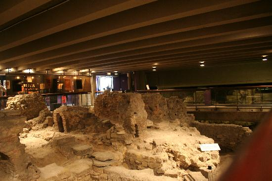 Archeological Crypt of the Parvis of Notre-Dame: Not much fun