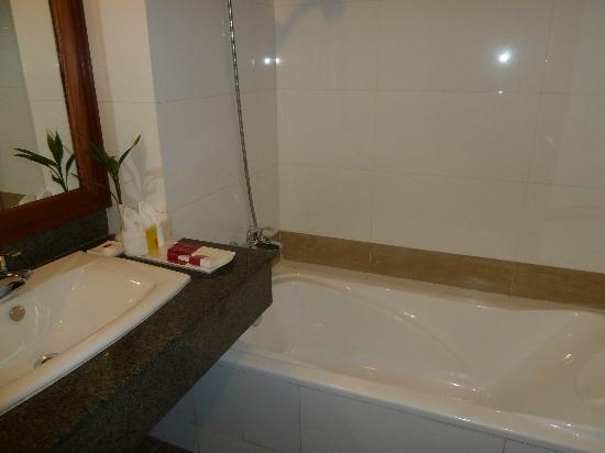 Angkor Miracle Resort & Spa: Bathroom