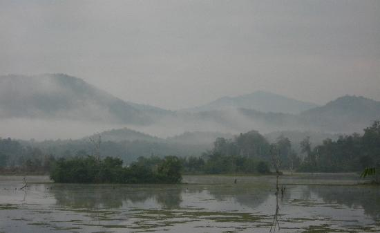 Elephant Conservation Center: Lake and mountains