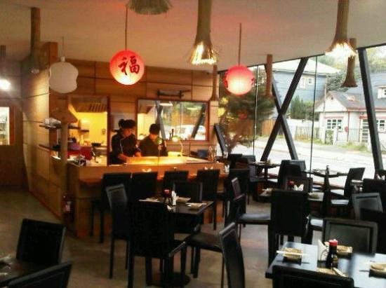 Japon del Lago: Moderno restaurant, barra y cocina