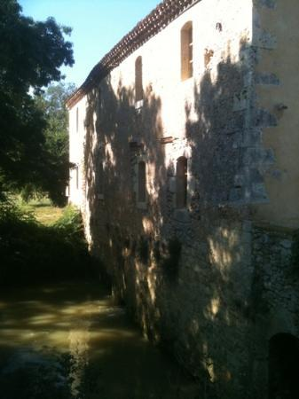 Le Moulin De Laumet : The back of the mill under which the water flows.