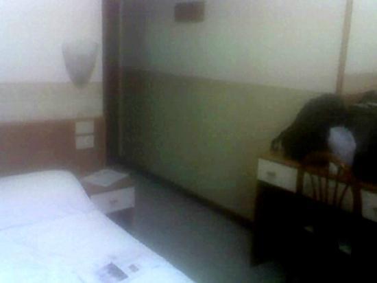 Domus Cavanis: dal fondo camera 105 a dx: ingresso/disimpegno
