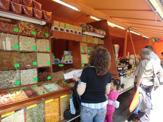 Zhenski Pazar Women's Market: ナッツなどを売る店
