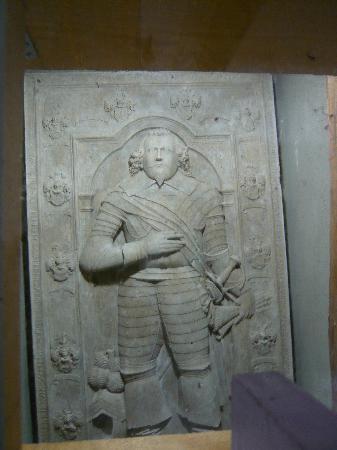 Jakobskirchhof: Die alte Grabplatte, die man unter dem Fussboden der Jakobskirche fand