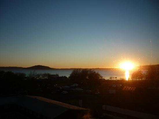 Ibis Rotorua: Sunrise over Lake Rotorua from our room