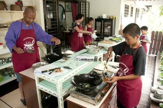 Georgetown, Malezja: 6 six and 10 years boys cooking with mum and dad
